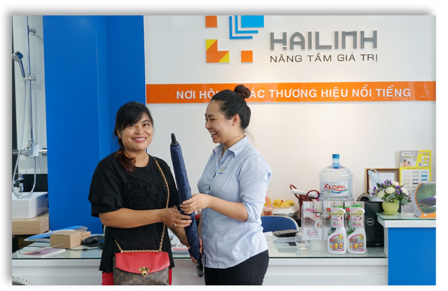 Showroom Hai Linh tang o can dai cho khach hang